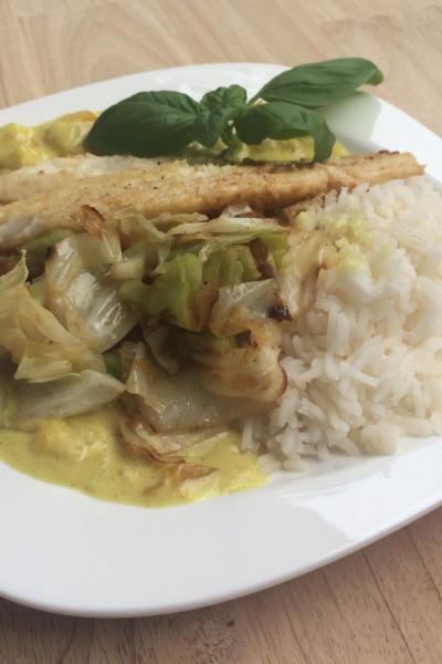 Fischfilet auf Reis an fruchtiger Mango-Currysauce