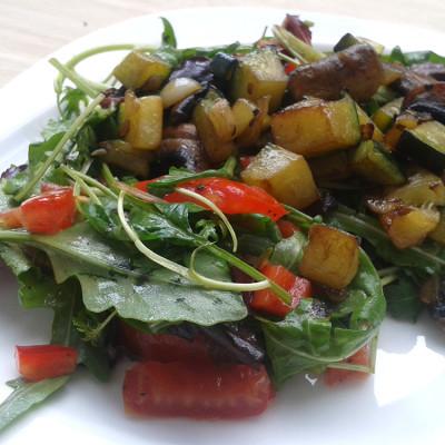 Salat mit warmem Gemüse